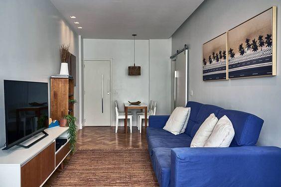sala com sofá azul royal