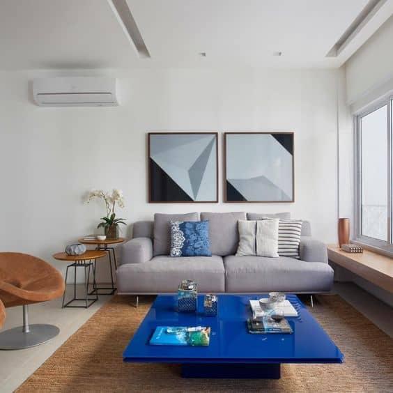 sala de estar com mesa de centro colorida em azul royal