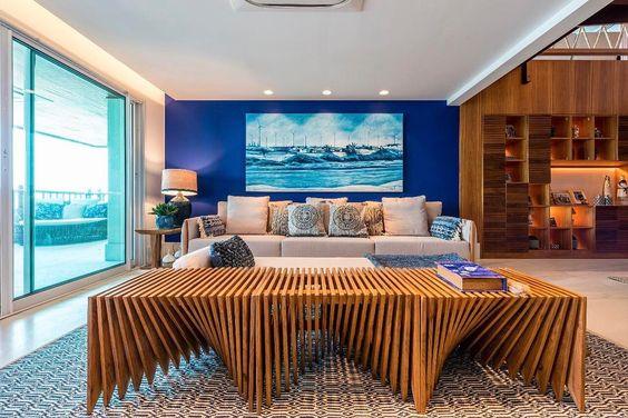 sala moderna com parede azul royal