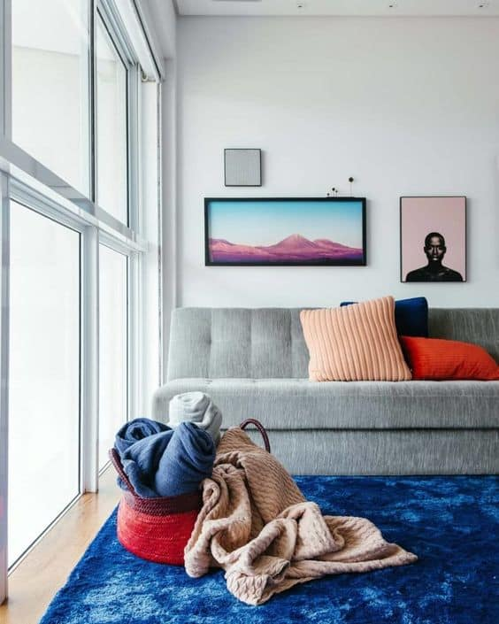 sala com sofá cinza e tapete azul royal