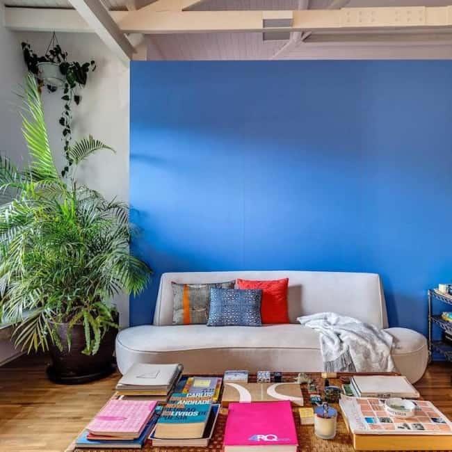 sala decorada com parede azul