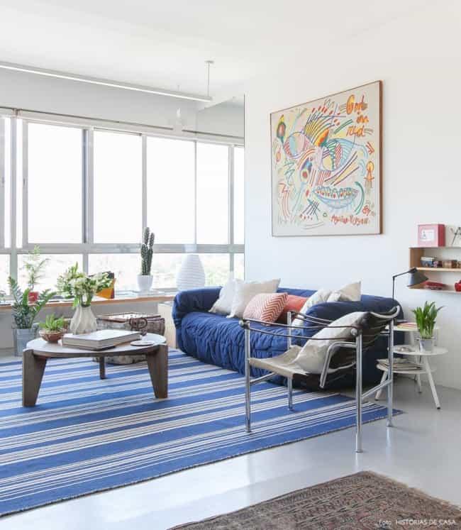 sala com tapete azul royal de listras