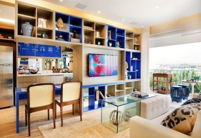 sala com armário planejado com nichos em azul royal