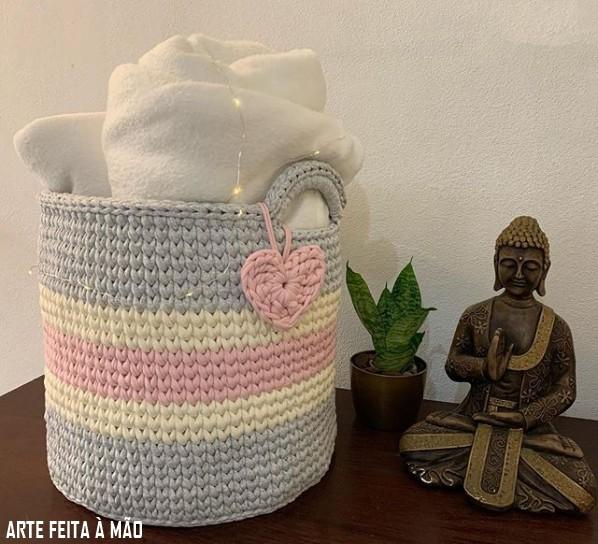 cesto grande e colorido com alças de fio de malha