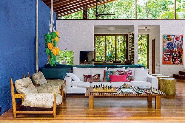 sala de casa de campo com parede azul royal