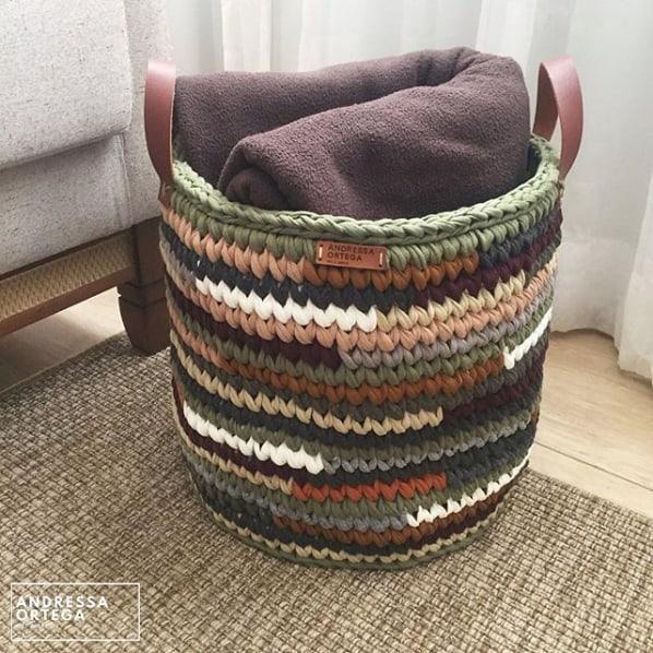 cesto grande e colorido de fio de malha com alças em couro