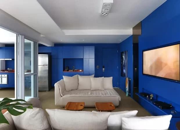 sala integrada com decoração em azul royal