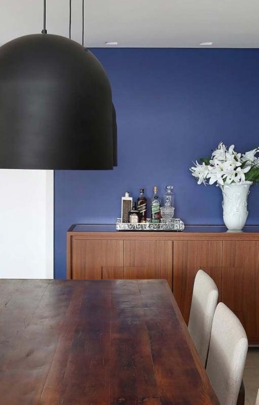 sala de jantar com parede azul royal