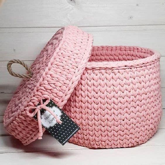 cesto rosa com tampa em fio de malha
