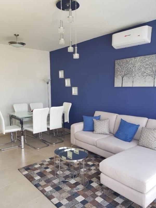 sala decorada em branco e azul royal