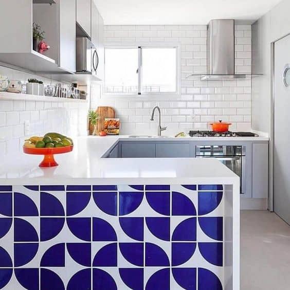 cozinha com revestimento geométrico em azul e branco