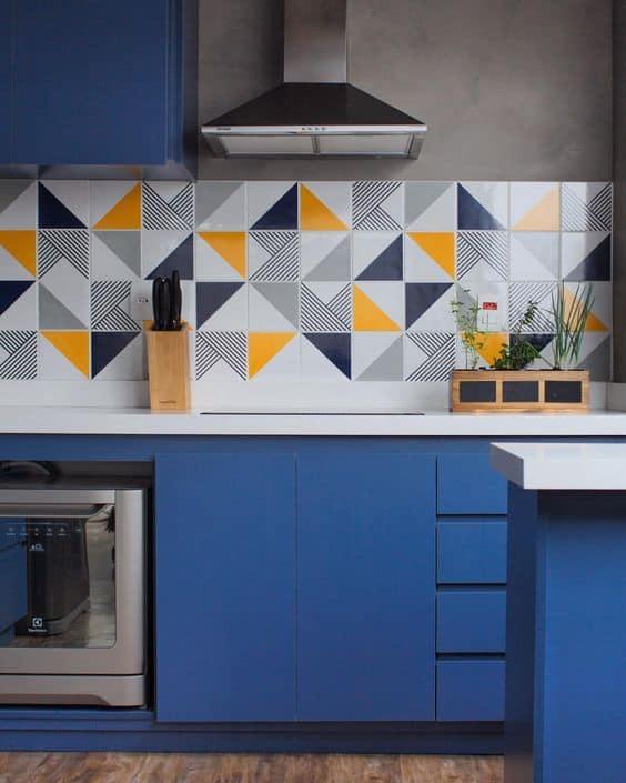 cozinha planejada com decoração em azul e amarelo