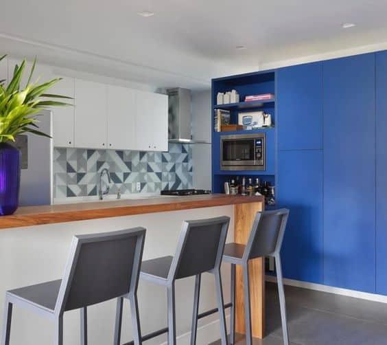 cozinha moderna com armários em azul