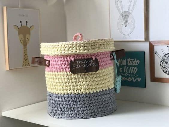 cesto de fio de malha com tampa e alças de couro