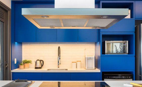 cozinha moderna com armários planejados em azul royal