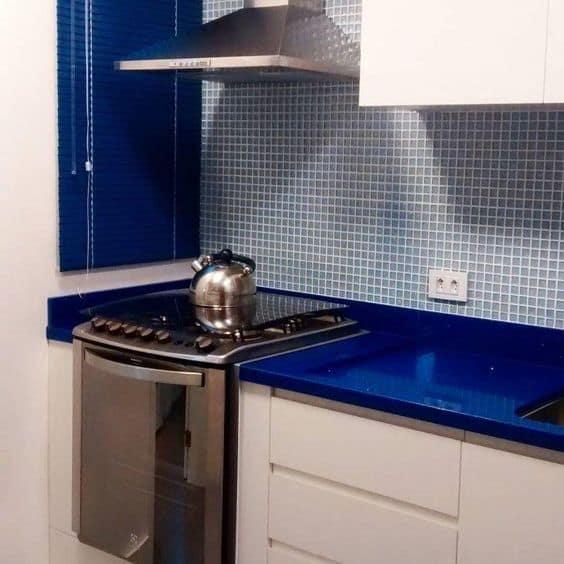 cozinha com bancada em azul royal