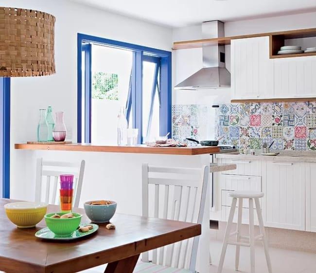cozinha com porta e janelas em azul royal