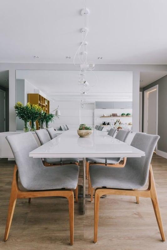 mesa retangular branca com pés de inox