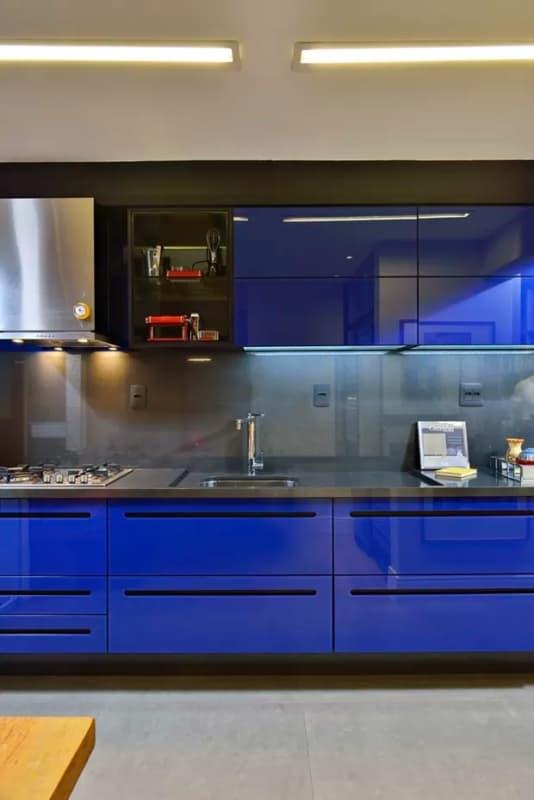 cozinha de luxo com armários em azul royal