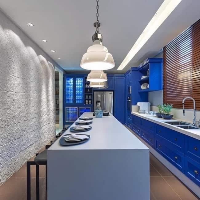 cozinha com ilha e armários em azul royal