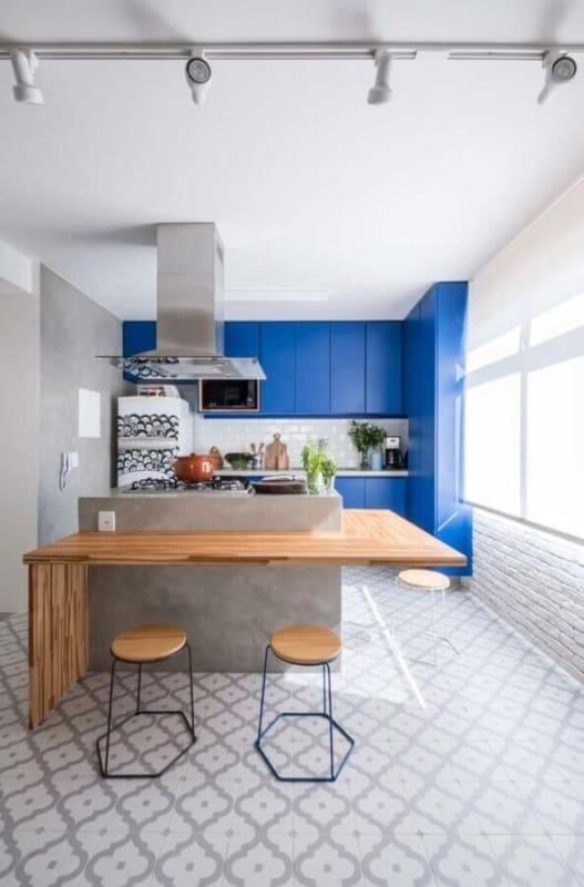 cozinha com piso cinza e armários em azul