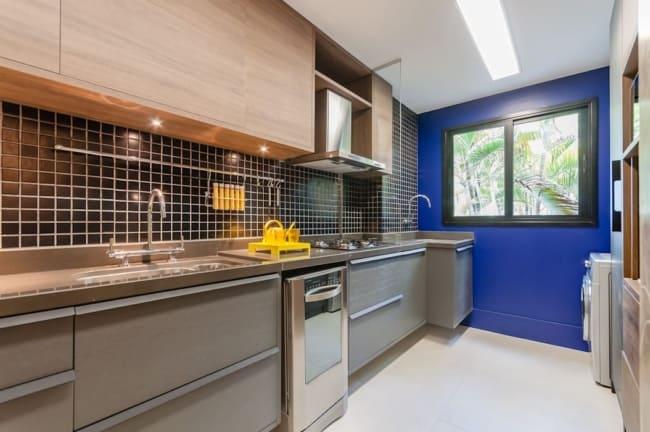 cozinha de apartamento com parede azul royal