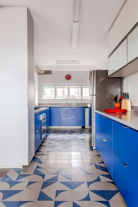 cozinha com armários e piso azul