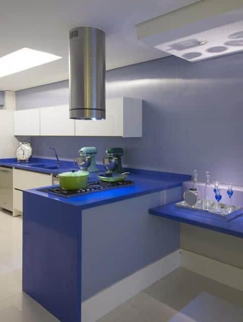 cozinha moderna e planejada com bancadas em azul