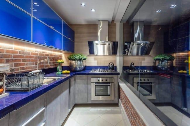 cozinha moderna com armários planejados em azul bic