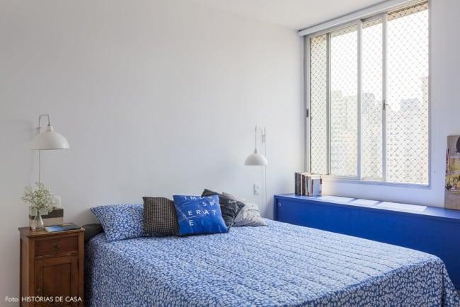 quarto de casal com decoração em azul royal