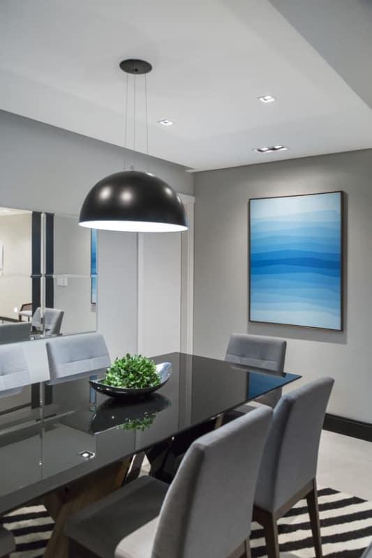 sala de jantar com mesa retangular de vidro preto