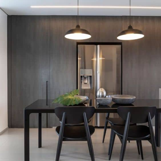 mesa de jantar retangular com cadeiras pretas