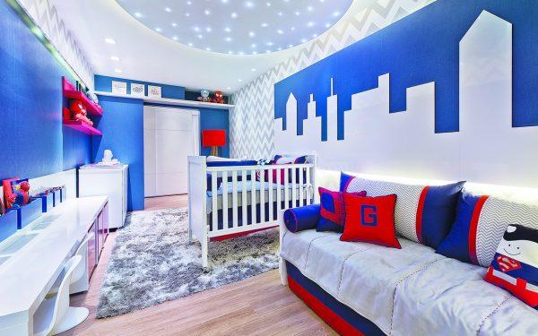 quarto infantil em azul royal e vermelho