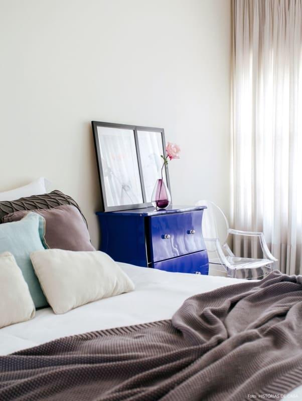 quarto com cômoda vintage em azul royal