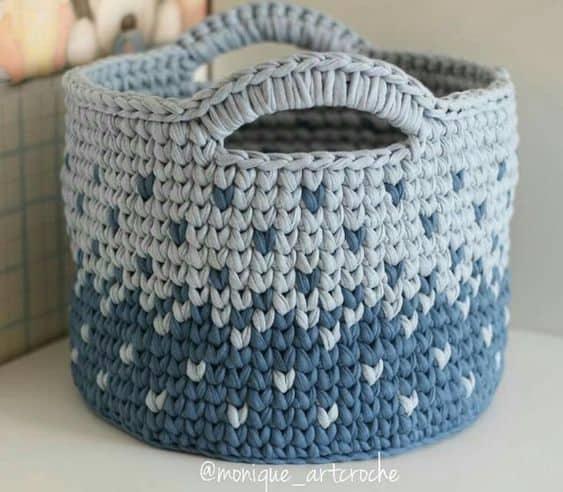 modelo de cesto azul em fio de malha
