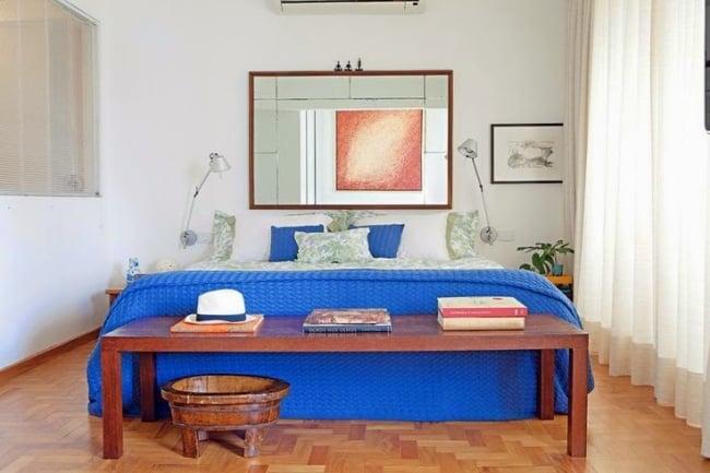 decoração de quarto simples com roupa de cama azul royal