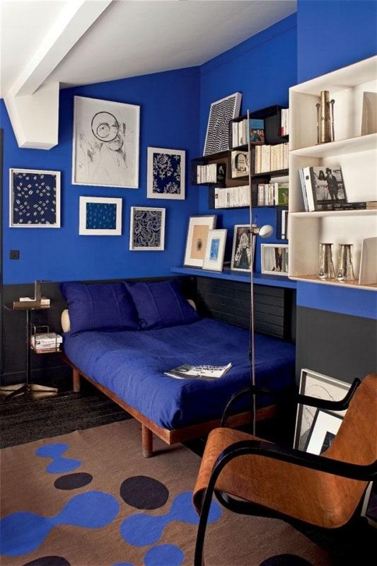 quarto decorado em preto e azul royal
