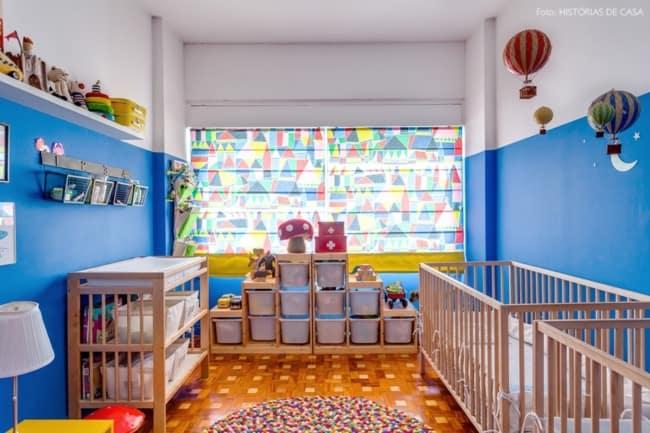 quarto infantil com parede azul royal