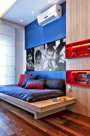 decoração de quarto com parede azul royal