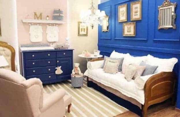 quarto de bebê com parede azul royal