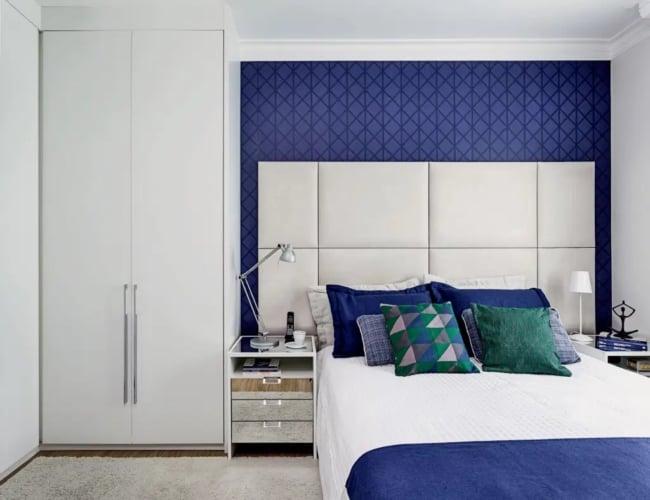 quarto de casal com papel de parede azul royal