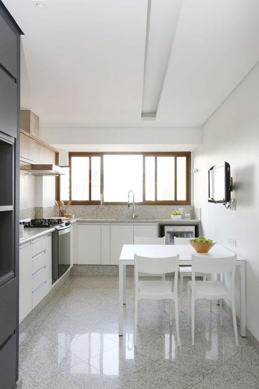cozinha com mesa retangular pequena