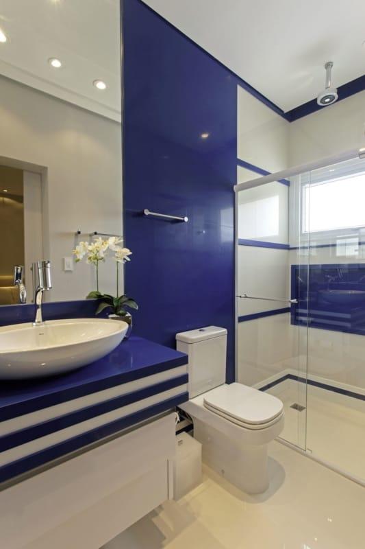 decoração de banheiro moderno em branco e azul royal