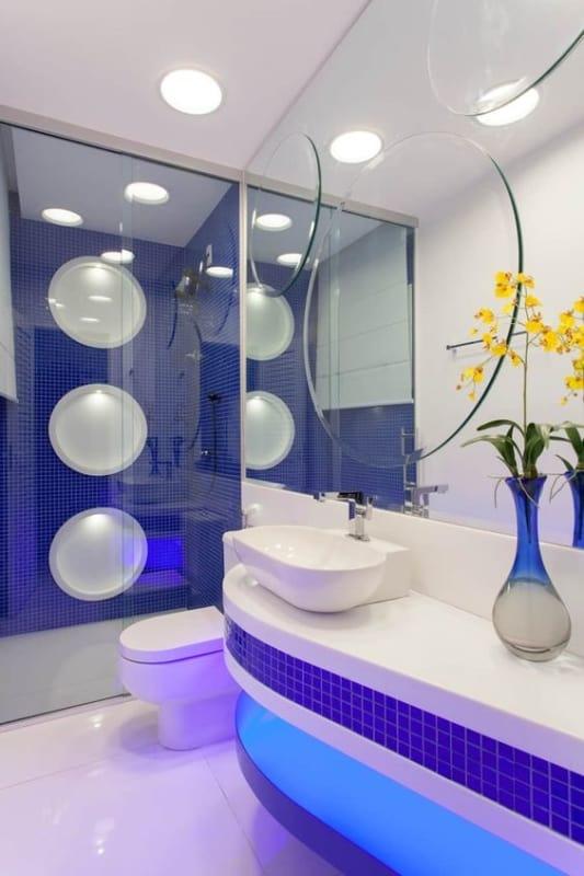 banheiro moderno com pastilhas em azul royal