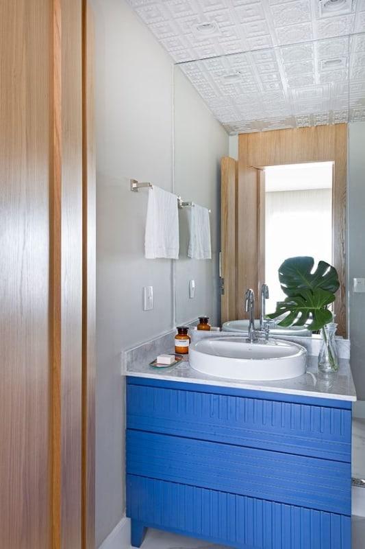 banheiro moderno com móvel colorido em azul royal