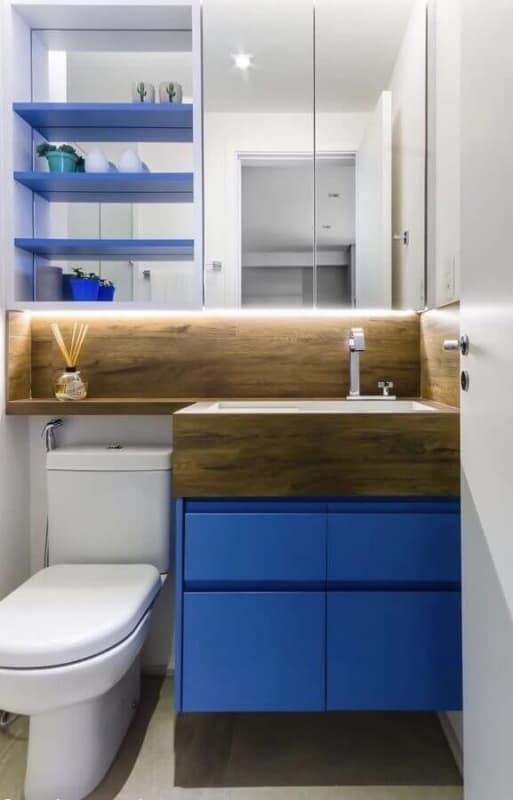 lavabo pequeno com móveis planejados em azul royal