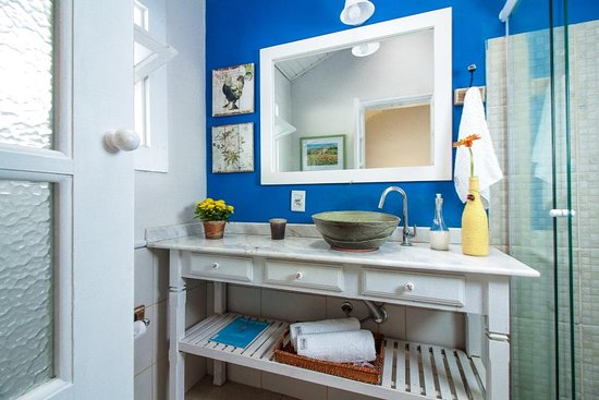banheiro com parede azul royal e móvel de madeira