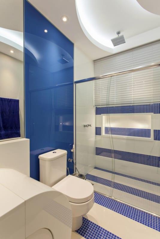 banheiro moderno em azul e branco