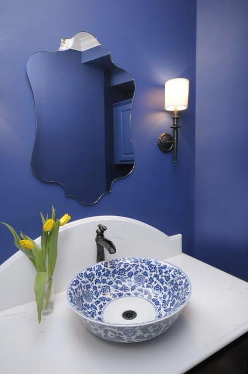 lavabo com paredes em azul e estilo vintage