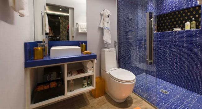 banheiro modero com revestimento azul